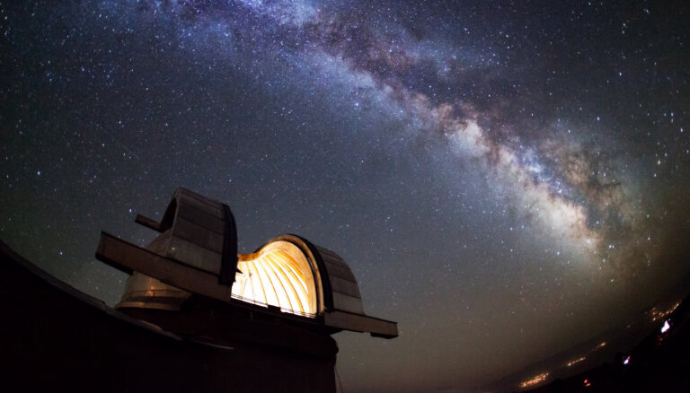 Pilnas debesis viltus zvaigžņu. Maska megaprojekta ēnas puses