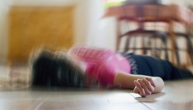 Priekšmetus mutē bāzt nevajag! Kā lēkmes laikā palīdzēt epilepsijas slimniekam