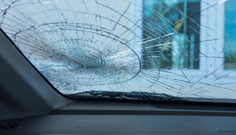 Burtnieku novadā divu auto avārijā bojā iet sieviete