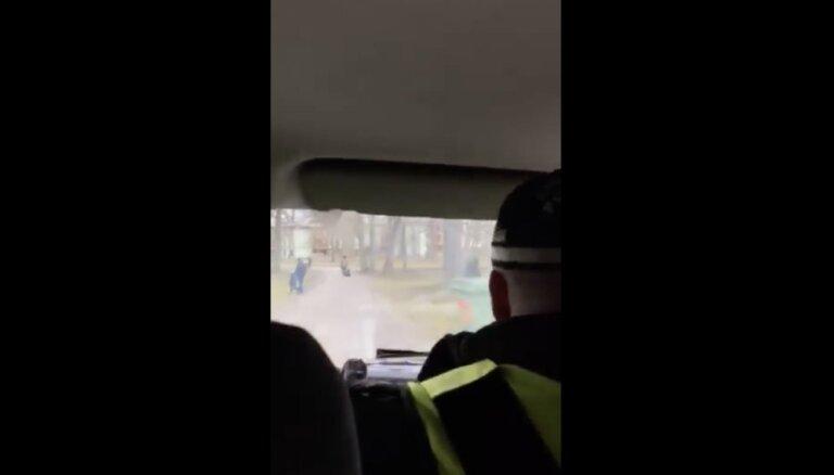 ВИДЕО: Человек-свисток из Зиепниеккалнса наконец встретился с полицией
