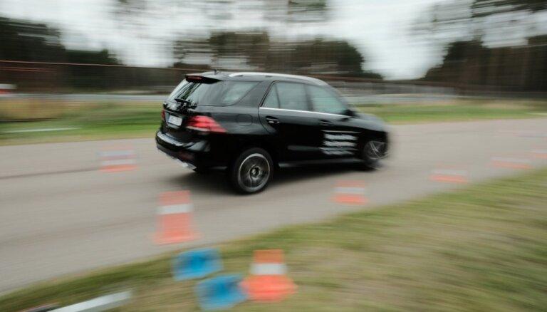 Foto: Arī šogad Biķerniekos piestāj 'Mercedes' automobiļu iepazīšanas tūre