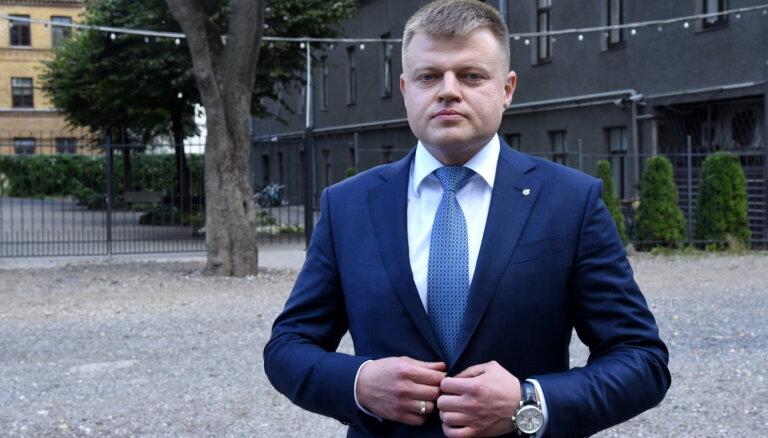Rebenoks pamet darbu Rīgas brīvostā