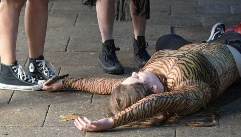 Sūri kadri: Britu jauniešu vētrainās izklaides gada šausminošākajā naktī