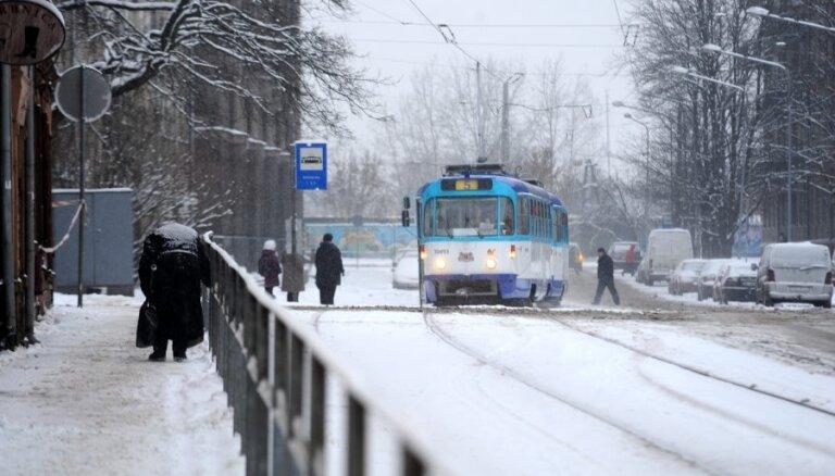 Ziemassvētkos sabiedriskais transports Rīgā kursē pēc brīvdienu grafika