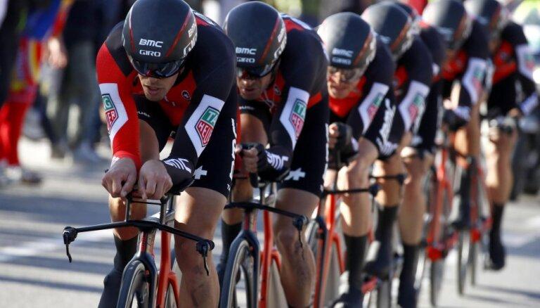 ВИДЕО: Под итальянский гонщиком развалился велосипед, команда Сарамотина — 15-я