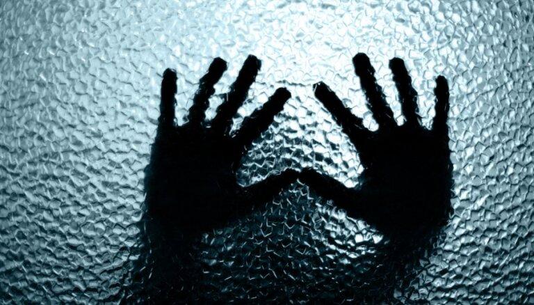 Pusaudzi apsūdz par vardarbību un seksuāla rakstura darbībām ar mazgadīgo