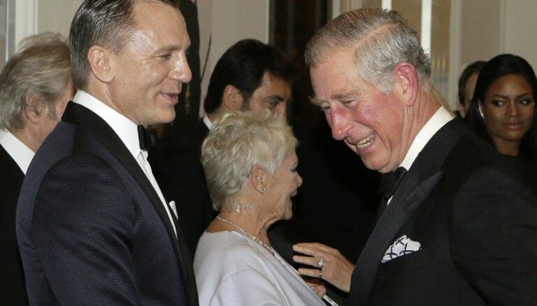 Arī princis Čārlzs apmeklē jauno Bonda filmu