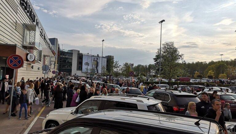 Video: Iepirkšanās centros 'Galerija Rīga', 'Alfa' un 'Spice' evakuē cilvēkus