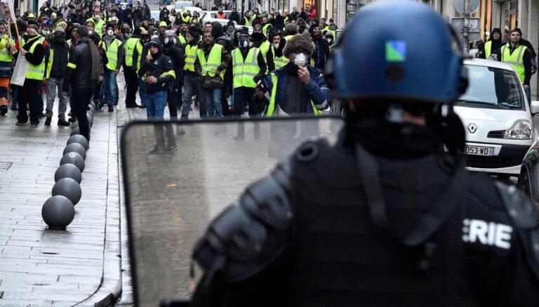 Raidījumā pēta, vai Latvijā var masveidā izvērsties 'dzelteno vestu' kustība