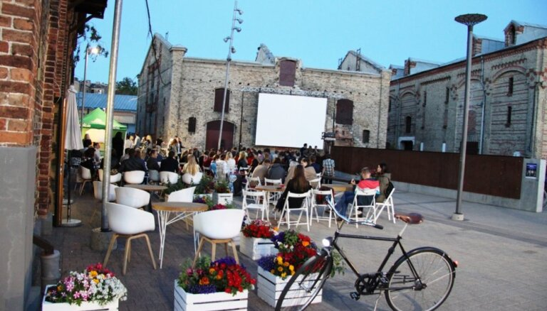 Spīķeru brīvdabas pasākumu sērijā - grupas 'Martas asinis' koncerts un brīvdabas kino vakars