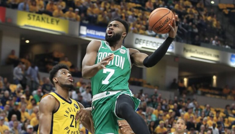 Bostonas 'Celtics' basketbolisti nodrošina vietu NBA izslēgšanas turnīra otrajā kārtā