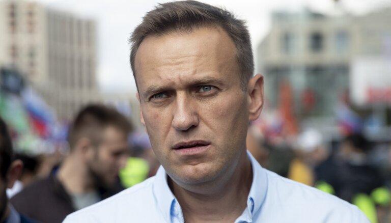 """Москва: судебные приставы выпилили дверь в фонде Навального — за фильм """"Он вам не Димон"""""""
