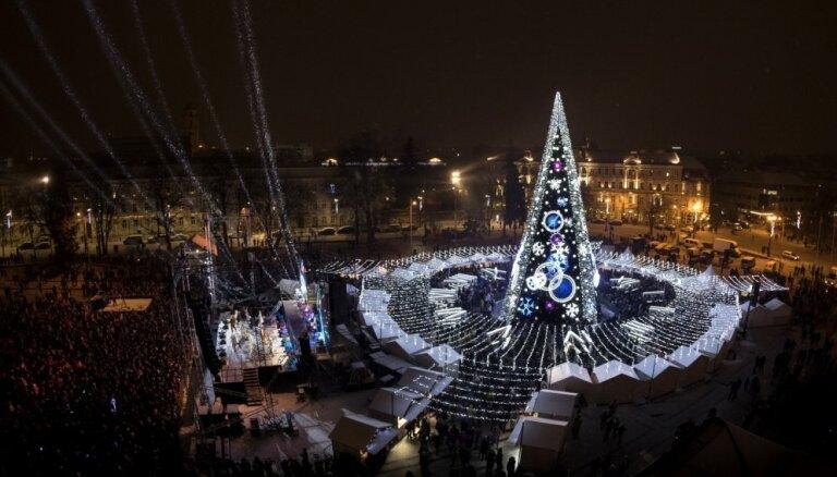 ФОТО: В Вильнюсе зажглись огни на главной елке Литвы