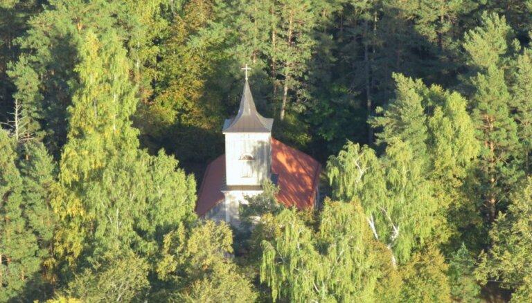 Carnikavas baznīcas pamatos atrod senu piemiņas plāksni un apbedījumus
