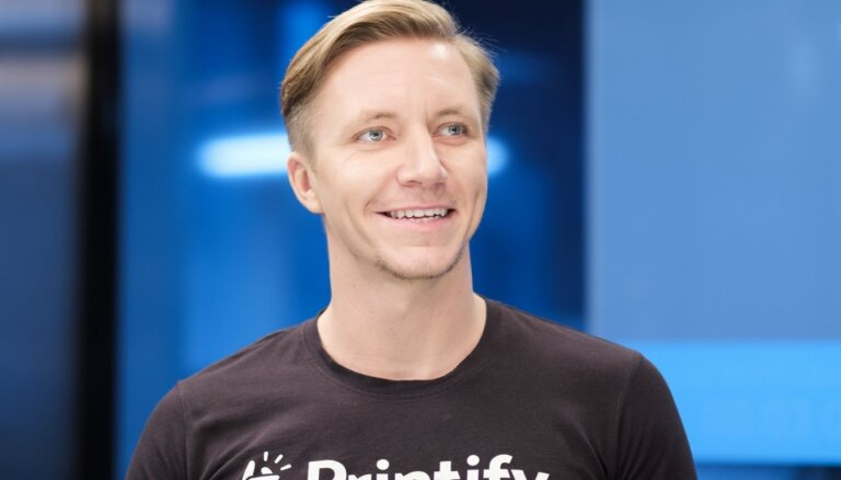 Klienti kāro unikāla dizaina zeķes, bet populārākie arvien ir T-krekli, atklāj 'Printify' līdzīpašnieki