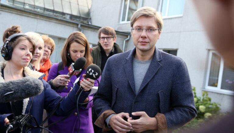 Rīgas dome reklamē Ušakova privātos profilus un algo savējos, secina 'de facto'