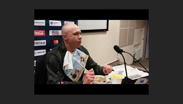 """ВИДЕО: Журналист съел газету после выхода минского """"Динамо"""" в плей-офф"""