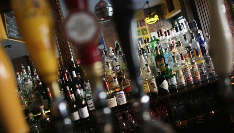 VID: из Латвии стали вывозить больше алкогольных напитков и сигарет