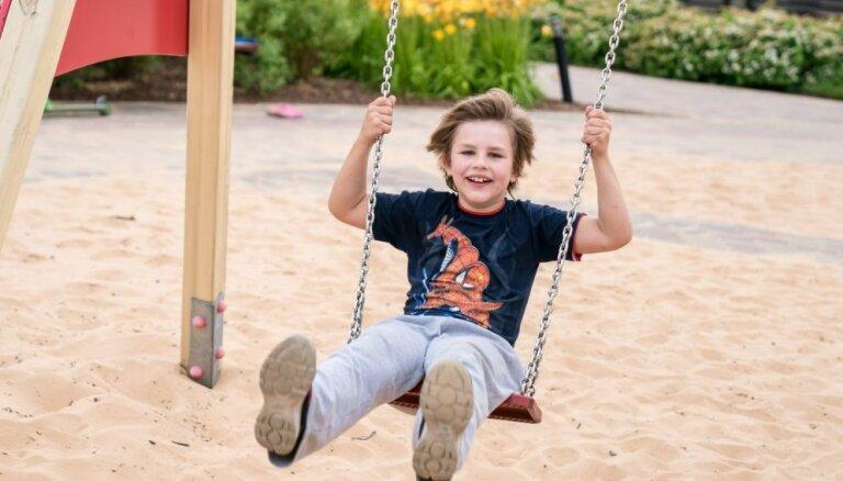 Dzīvespriecīgā Almāra ģimene lūdz atbalstu zēna pašaprūpes prasmju un runas attīstības apgūšanai