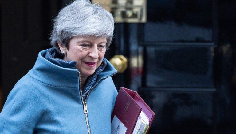Deputāts: Meja demisionēs pirms nākamās 'Brexit' sarunu fāzes