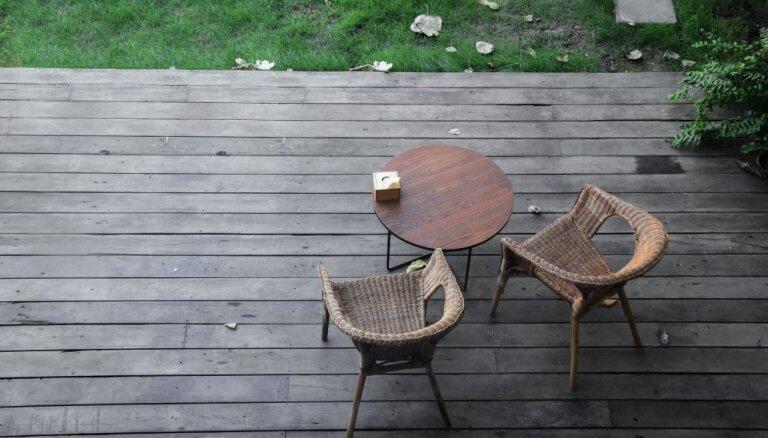 Vasarīgi remontdarbi: slidena koksnes seguma atjaunošana un jauna ieklāšana