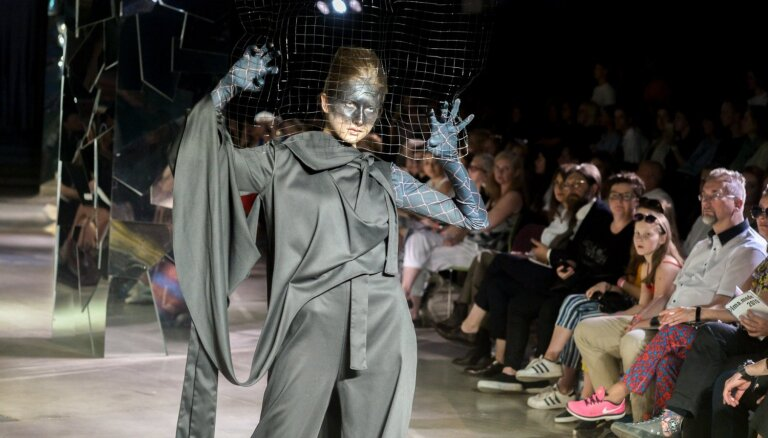 Foto: Mākslas akadēmijas studenti pārsteidz ikgadējā modes skatē
