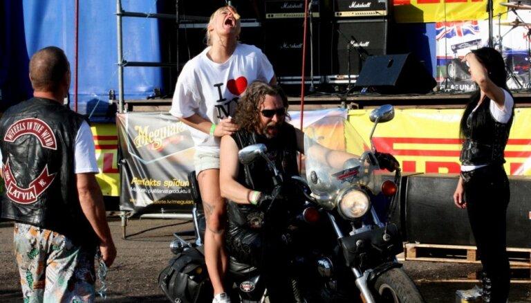 Foto: 'Motociklu vasara' Balvos pulcē simtiem Latvijas baikeru