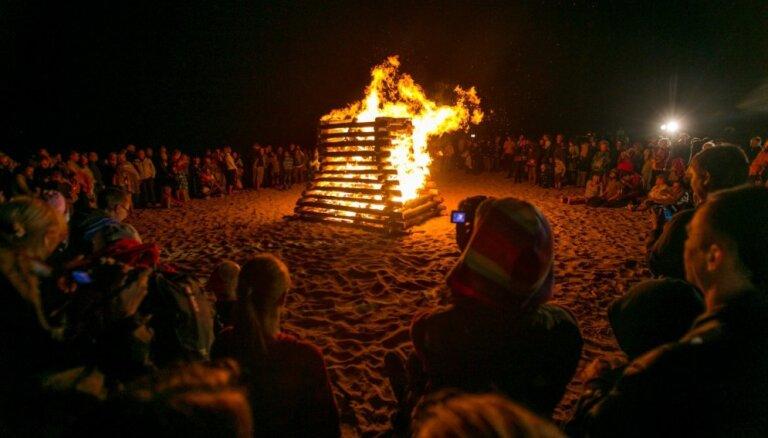 Vakarbuļļu pludmalē Seno ugunskuru nakti atzīmēs ar akustiskajiem koncertiem
