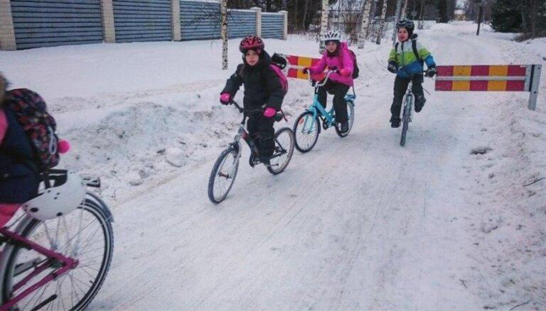 Somijā bērni uz skolu brauc ar divriteņiem pat - 17 grādos