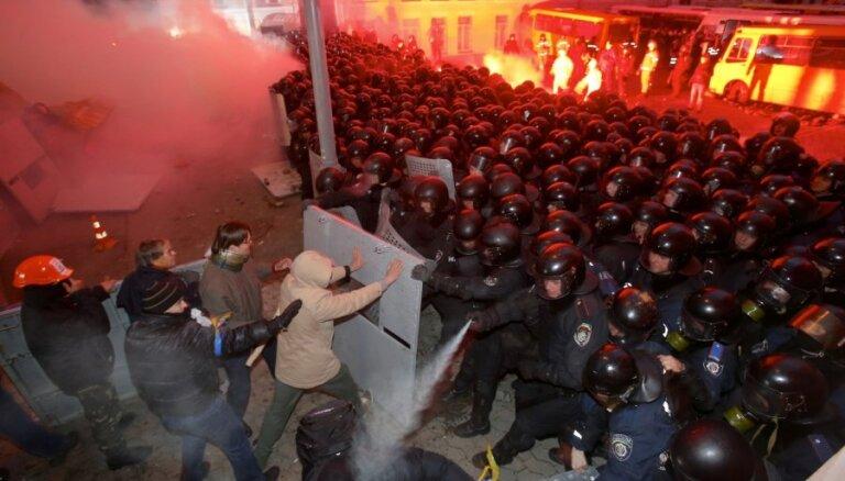 Janukovičs pārrunās krīzi ar iepriekšējiem prezidentiem; Kijevā ieradīsies Eštone