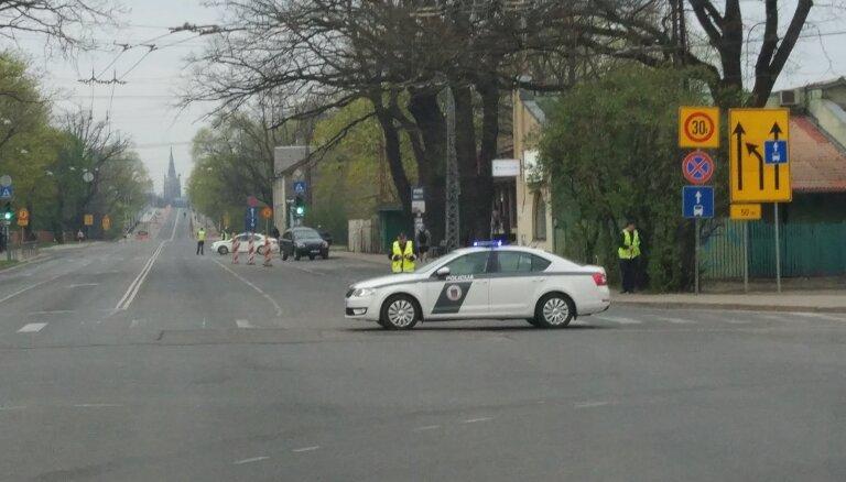 ФОТО: Полиция блокировала движение по Деглавскому мосту