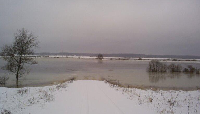 ФОТО: Наводнение отрезало от мира поселки на берегах Даугавы