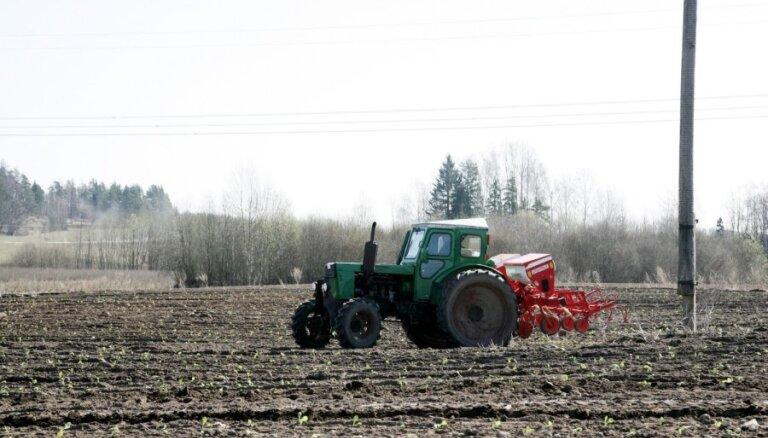 ВИДЕО: Руиена встретила Пуце километровой колонной сельхозтехники