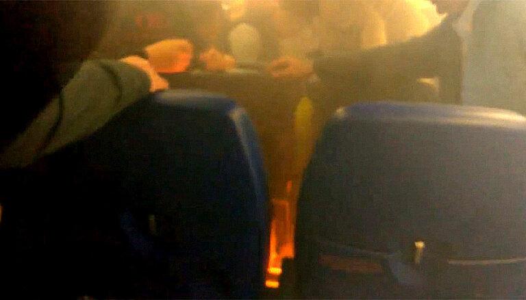 Video: Liesmojoša telefona lādētāja dēļ evakuē 'Aeroflot' lidmašīnu