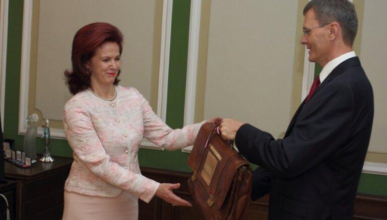Vilks tradicionālajā portfelī nogādā 2013.gada valsts budžetu Saeimā (12:46)