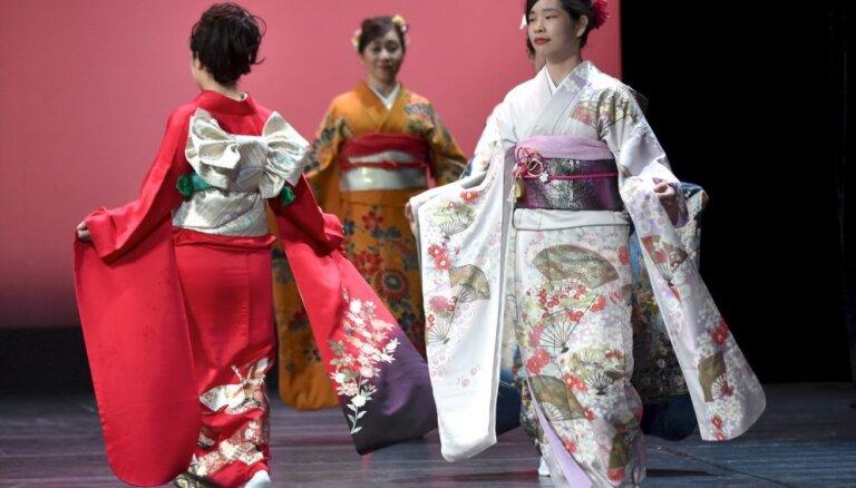 Foto: Rīgā notikusi vērienīga autentisko kimono performance