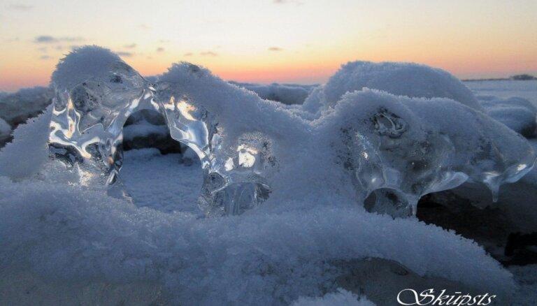 Foto: Ledus skūpsts un vardīte – sala 'darbi' februārī