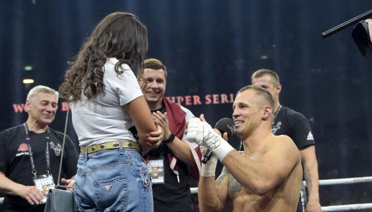 Mairis Briedis pēc cīņas pret Glovacki ringā bildina mīļoto Jūliju