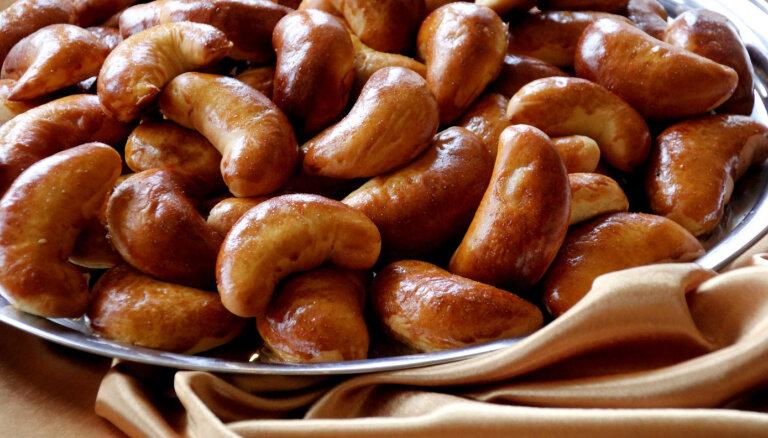 Latviešu saimnieces atklāj izcilas speķa pīrāgu mīklas un pildījuma noslēpumus