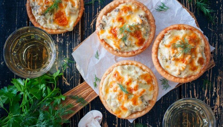 Krāsnī cepti sāļie groziņi ar siera un majonēzes 'cepurītēm'