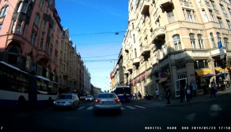 """ВИДЕО: """"Плевать на дистанцию"""". На улице Бривибас велосипедист едет прямо за автобусом"""