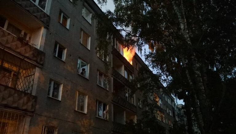 ФОТО: В Иманте на пятом этаже жилого дома открытым пламенем горела квартира