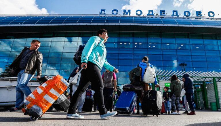 В московских аэропортах отменили запрет лежать на полу и ездить на животных