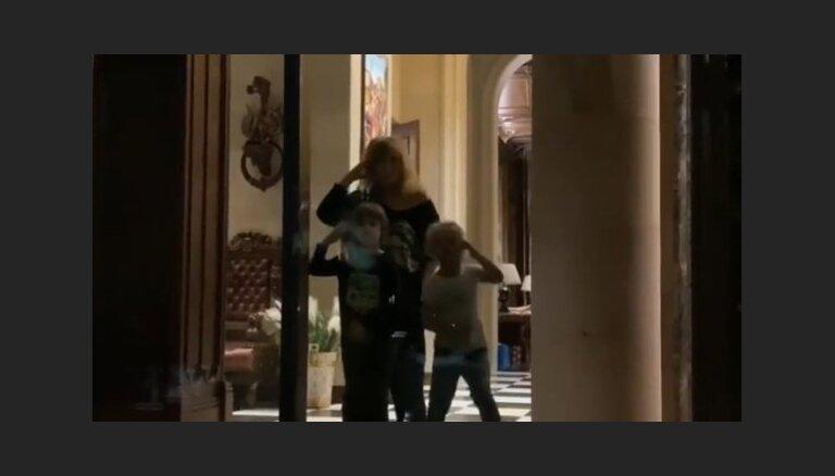 Mīlīgs video, kā Pugačova ar bērniem mājās sagaida Galkinu