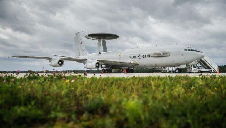Foto: Rīgas lidostā nosēžas NATO lidmašīna