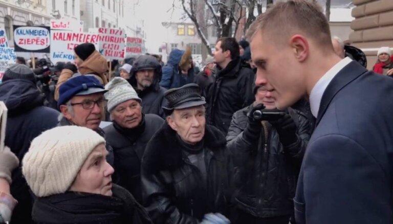 ВИДЕО: митингующие возле Сейма грубо обругали Домбраву