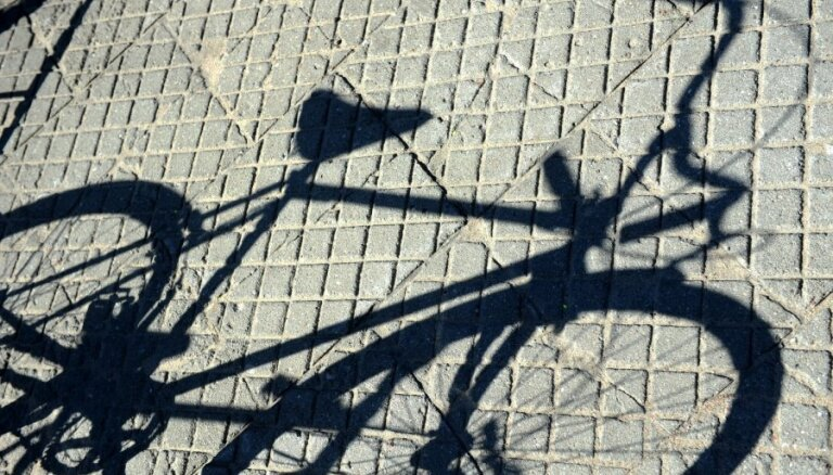 Ceļu satiksmes negadījumā Saldus novadā cieš velosipēdists