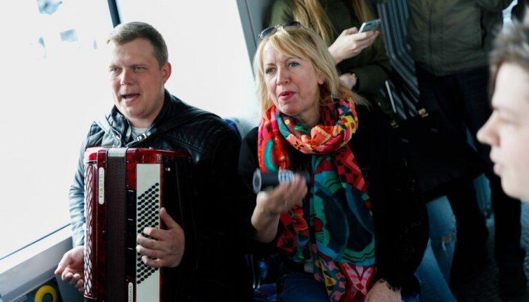 Populāri mūziķi tramvajā sarīko jestru ļembastu