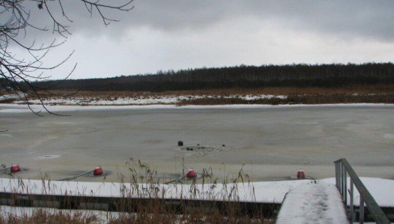 В Валгаском уезде Эстонии два рыбака из Латвии провалились под лед, один утонул