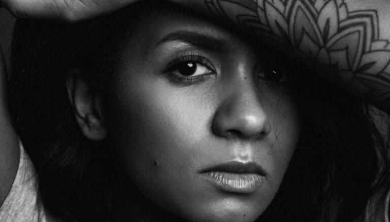 Noklausies! Aminatas hitam 'Love Injected' jauna versija